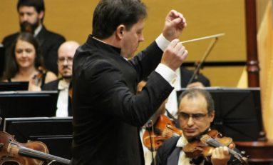 Sob a regência do maestro titular da orquestra, Evandro Matté, músicos apresentam dois últimos concertos do ano