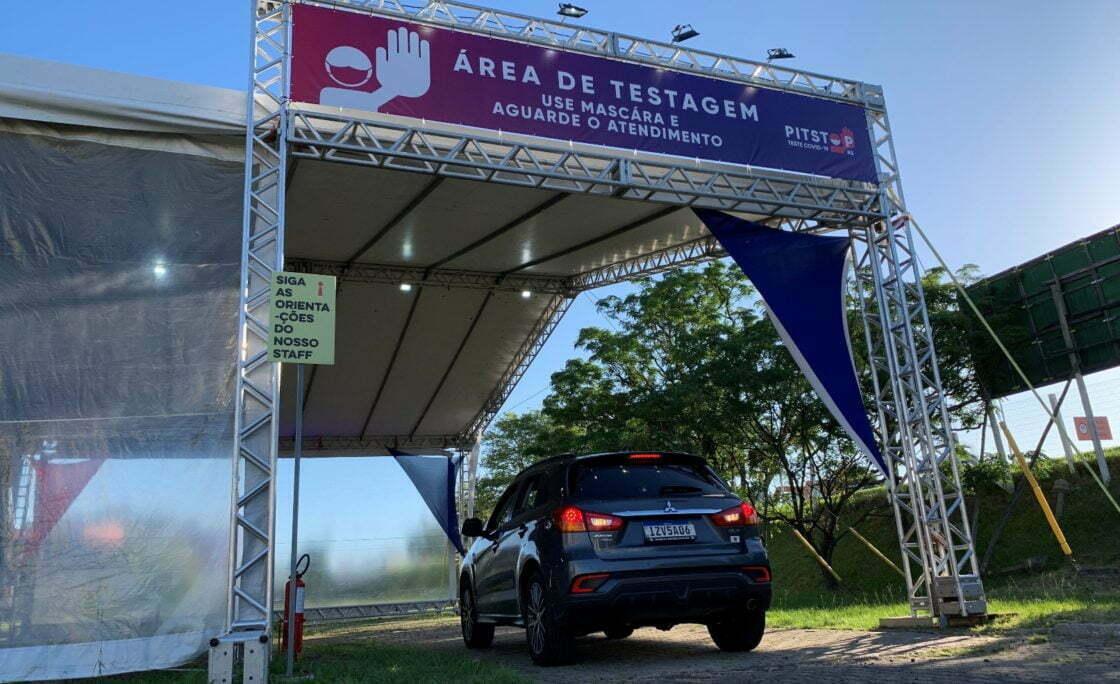 """""""Pitstop"""" de testagem de COVID-19 em Porto Alegre busca evitar contágios no Ano Novo"""