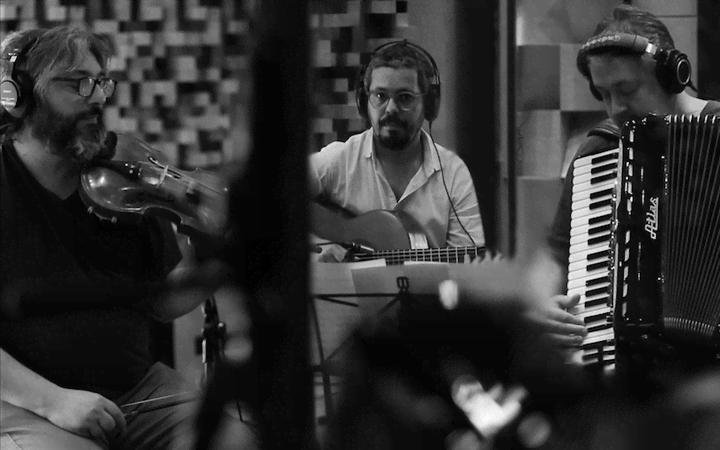 Vagner Cunha, Bebê Kramer e Paulinho Fagundes lançam o disco YbY