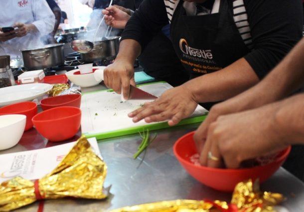 Programa YOCUTA capacita jovens com deficiência por meio da gastronomia